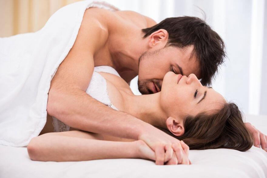 мужчина и женщина занимаются сексом