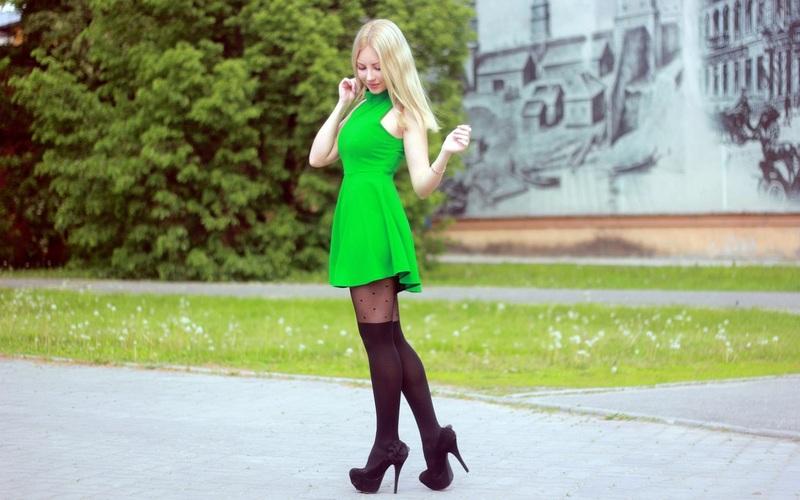 Зеленое платье с колготами