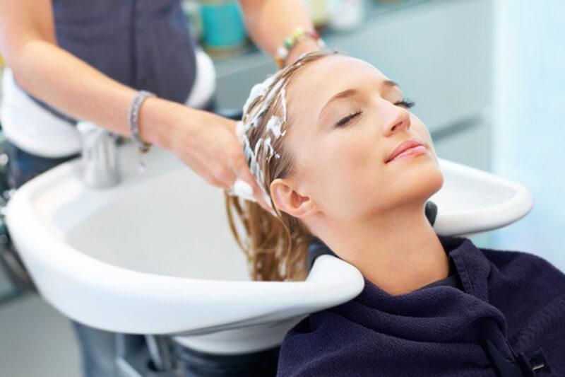 Процесс смывки краски с волос